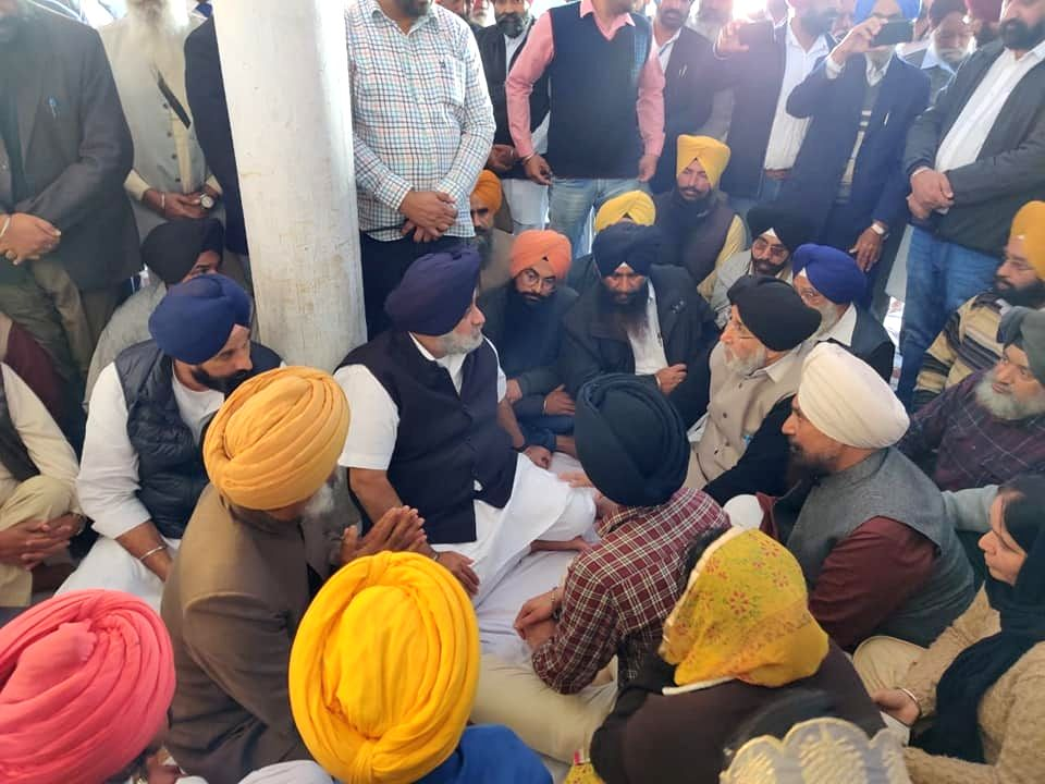 Shiromani Akali Dal (SAD) workers led by its President Sukhbir Singh Badal, stage a sit-in demonstration against the murder of former Sarpanch and Akali leader Dalbir Singh Dhilwan, in ... - Sukhbir Singh Badal and Dalbir Singh Dhilwan