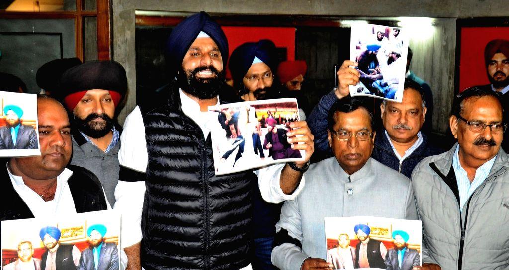 Shiromani Akali Dal (SAD) workers led by party leader Bikram Singh Majithia stage a demonstration against Punjab Cabinet Minister Navjot Singh Sidhu over his remark after the Pulwama ... - Navjot Singh Sidhu and Bikram Singh Majithia