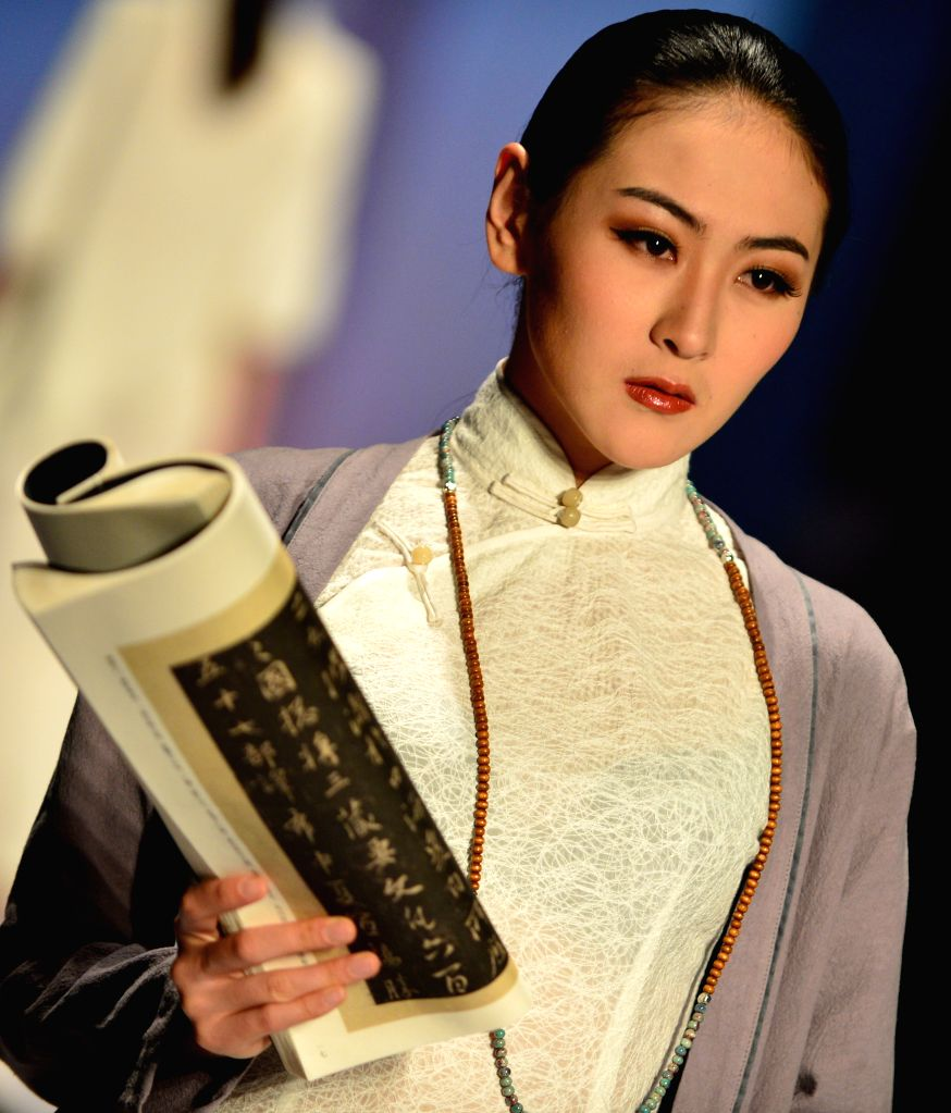 A model presents a creation during the 2014 Shishi International Fashion Week in Shishi, southeast China's Fujian Province, April 17, 2014.