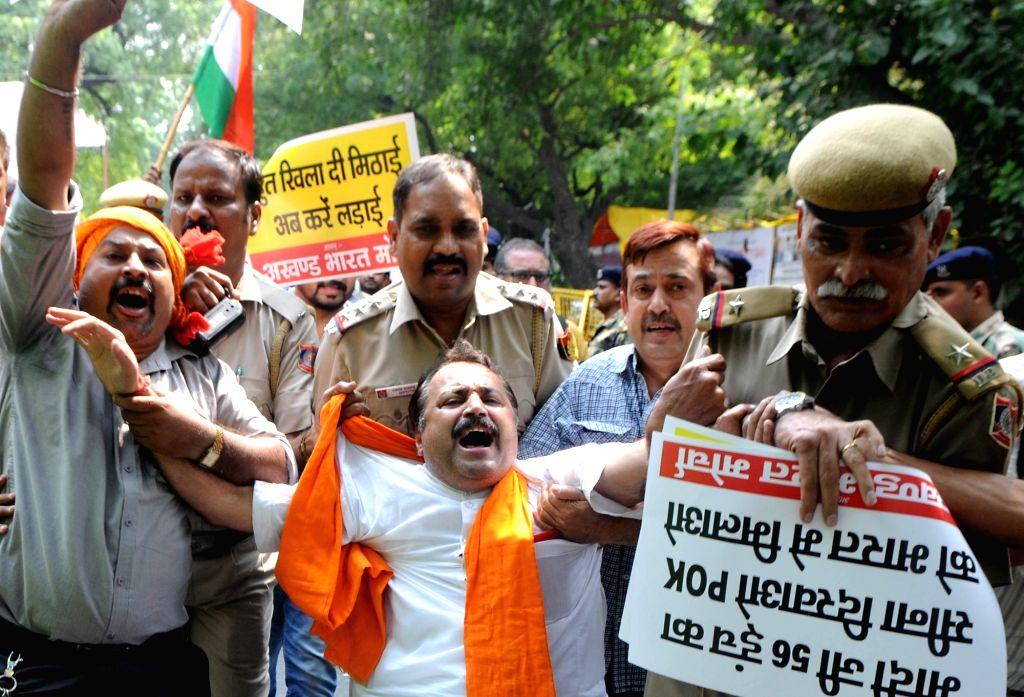 Shiv Sena activists burn effigy of Pakistan Prime Minister Nawaz Sharif in New Delhi protesting terror attack on Uri army camp on Sept 19, 2016. - Nawaz Sharif