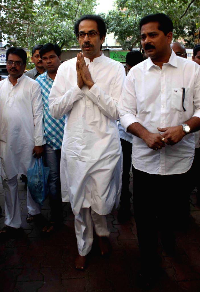 Shiv Sena Chief Uddhav Thackeray arrives at the funeral of actor Vinay Apte in Mumbai on Dec.8, 2013.