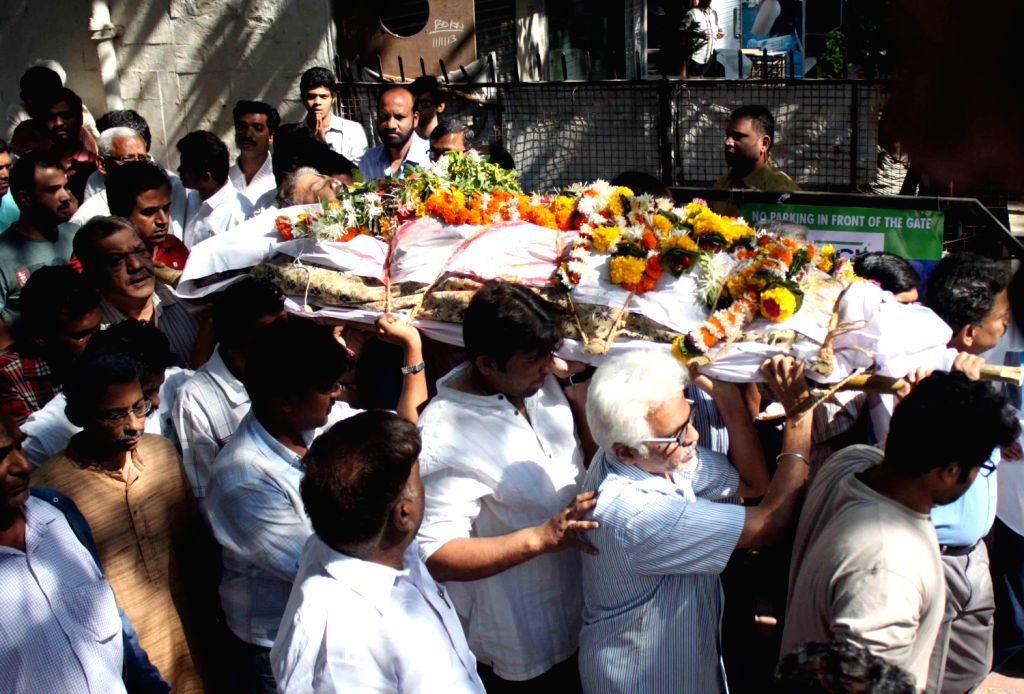 Shiv Sena Chief Uddhav Thackeray pays his last tribute to actor Vinay Apte in Mumbai on Dec.8, 2013.