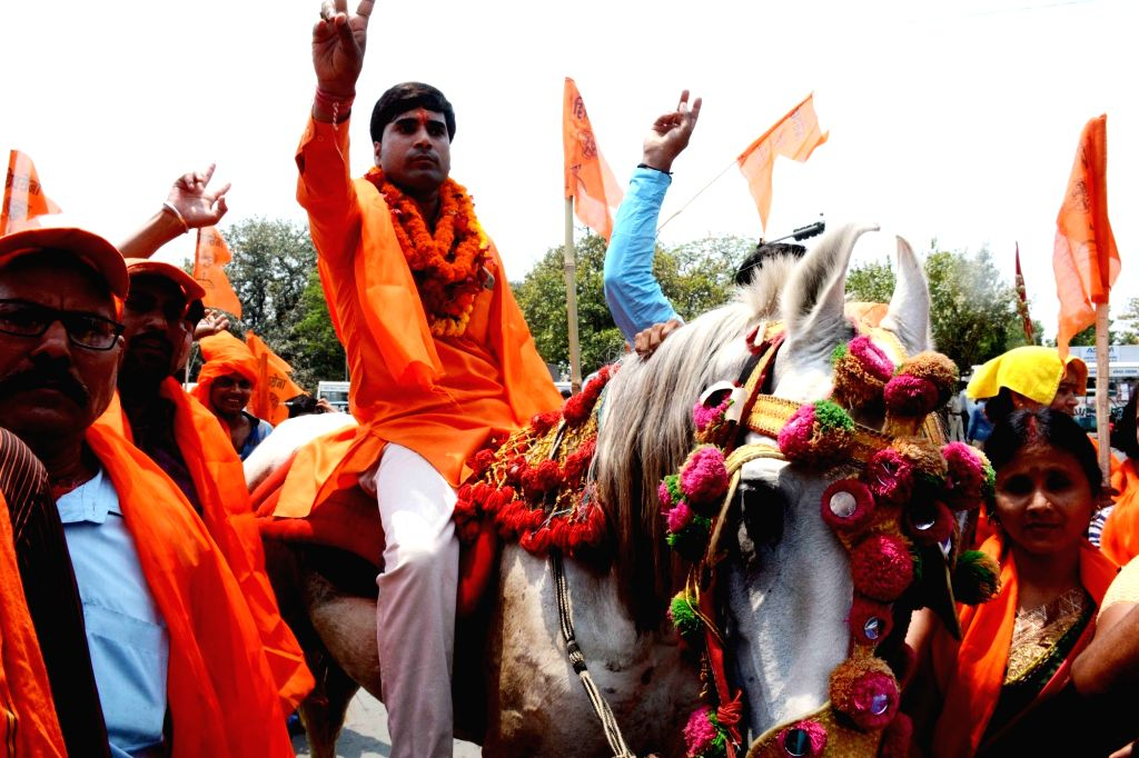 Shiv Sena's Lok Sabha candidate from Patna Sahib, Sumit Ranjan Sinha mounted on a horse, arrives to files his nomination for the forthcoming Lok Sabha elections, in Patna on April 25, 2019. - Sumit Ranjan Sinha