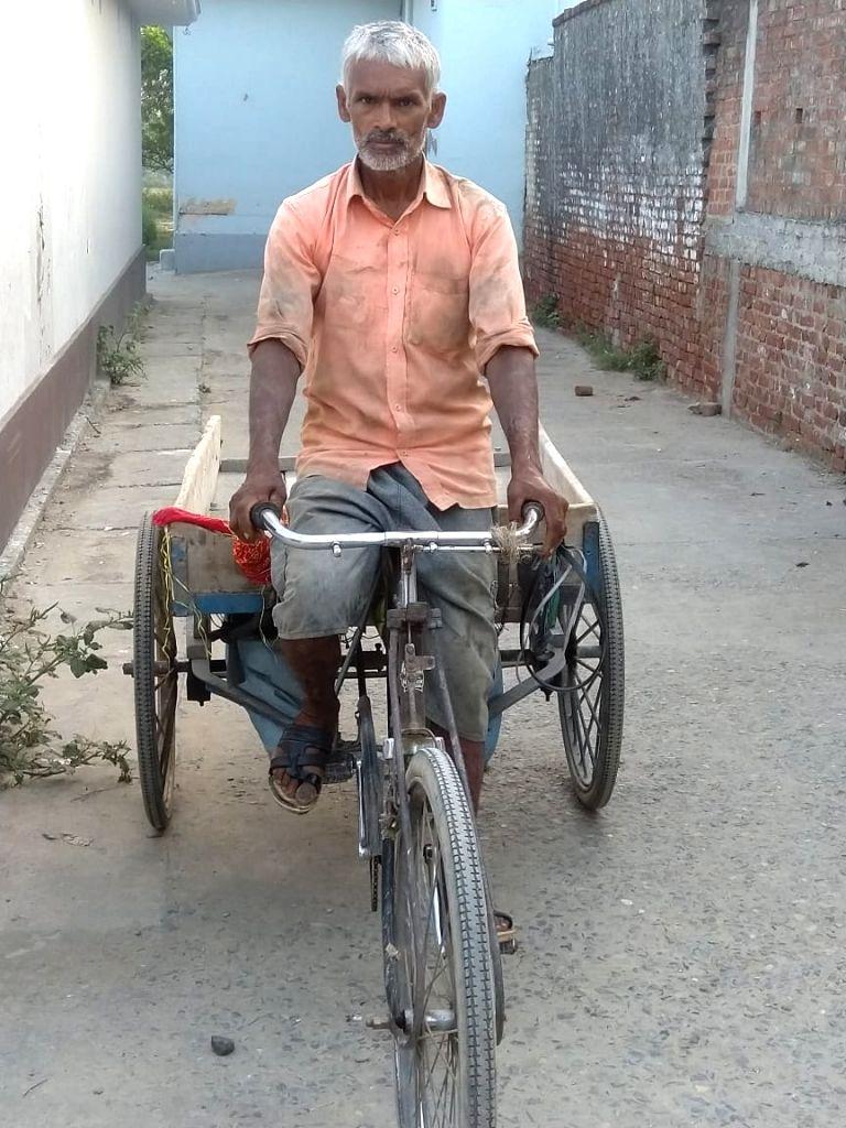 Shivbachan of Azamgarh is distributing free vegetables.