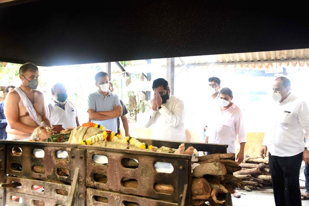 Shivsena MP Anil Desai, party leader and MLC Milind Narvekar pay tributes to Former Lok Sabha Speaker Manohar Joshi's wife Anagha Joshi, at Bhagoji Keer Hindu Cemetery in Mumbai on Aug 3, ... - Manohar Joshi, Desai and Anagha Joshi