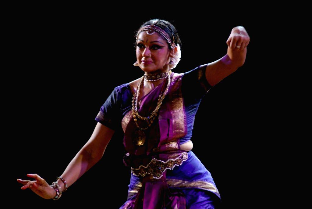 Shobana at Kathak concert to pay tribute to Kathak dancer Shurushri Madhurita Sarang at Ravindra Natya Mandir.