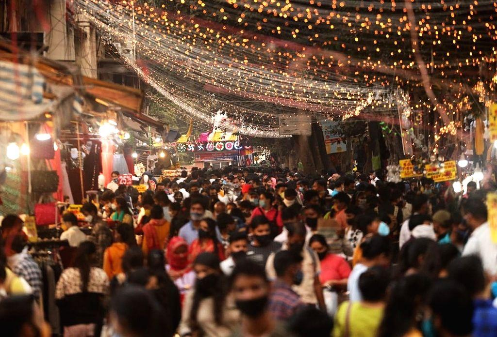 Shoppers throng Sarojini Nagar Market on the eve of Diwali, in New Delhi on Nov 13, 2020.