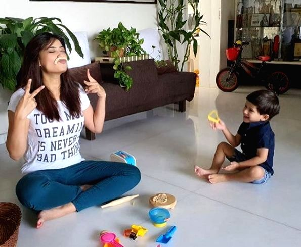 Shweta Tiwari, son play with dough amid lockdown.