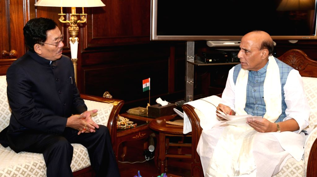 Sikkim Chief Minister Pawan Chamling calls on Union Home Minister Rajnath Singh in New Delhi on Oct 26, 2016. - Pawan Chamling and Rajnath Singh