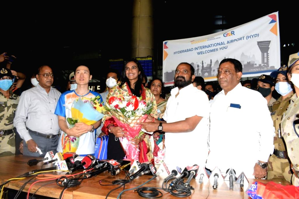 Sindhu arrives in Hyderabad to a warm welcome.