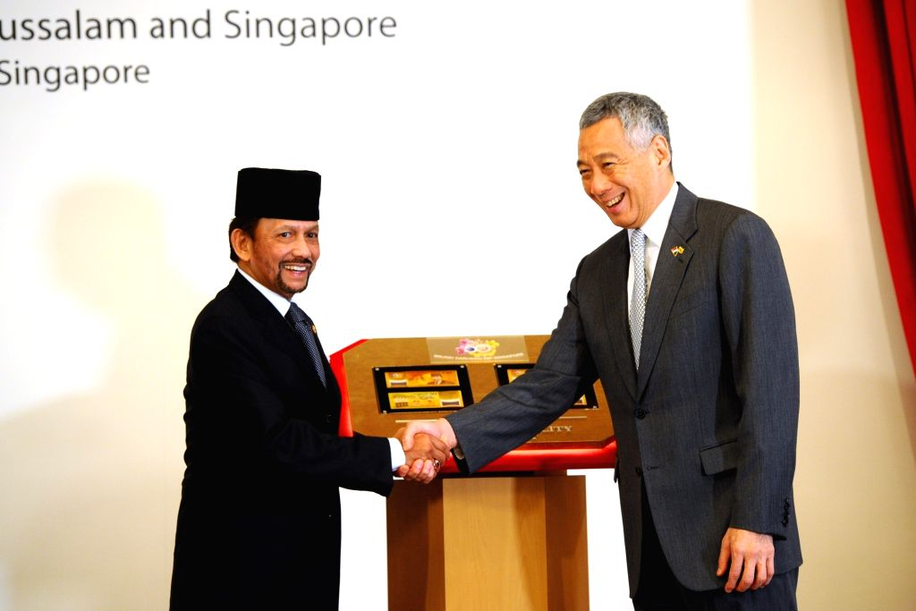 SINGAPORE, July 5, 2017 - Singapore's Prime Minister Lee Hsien Loong (R) shakes hands with Brunei's Sultan Hassanal Bolkiah during the launch ceremony of the commemorative notes for the 50th ... - Lee Hsien Loong