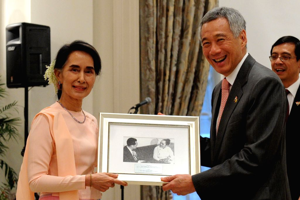 SINGAPORE, Nov. 30, 2016 - Singaporean Prime Minister Lee Hsien Loong (R) presents a framed photo of Singaporean former Prime Minister Lee Kuan Yew and Aung San Suu Kyi's mother to Myanmar State ... - Lee Hsien Loong