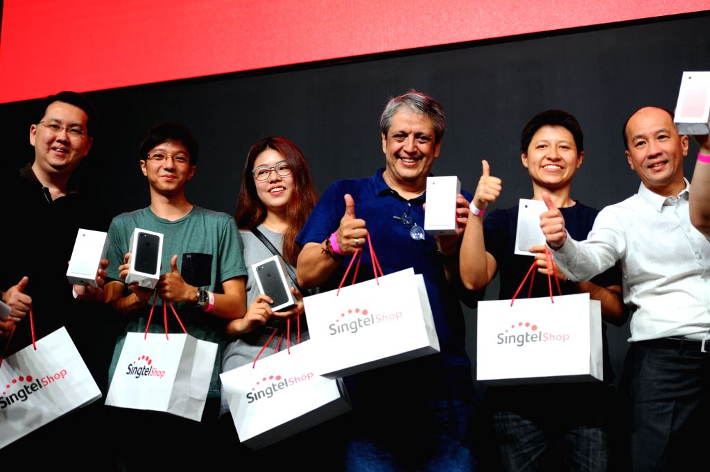 SINGAPORE, Sept. 16, 2016 - Customers pose for a group photo during the Singtel Apple iPhone 7 launch event held in Singapore's Marina Bay Sands Expo on Sept. 16, 2016. The Apple iPhone 7 smart phone ...