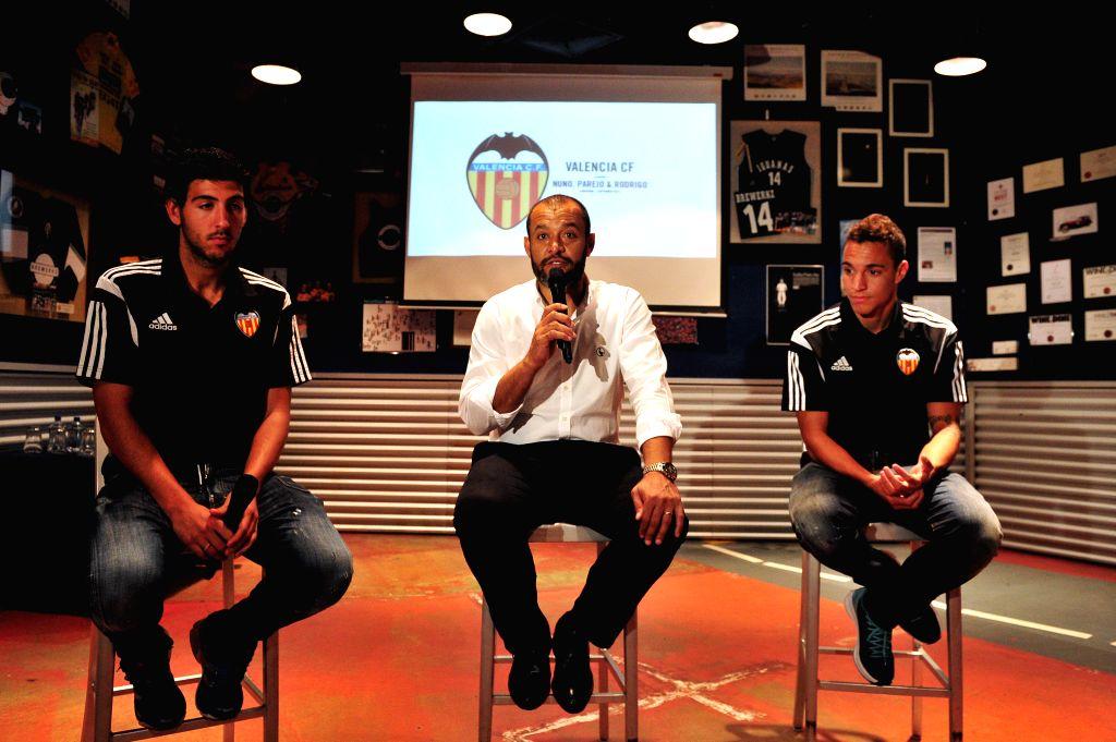 Spanish club Valencia's coach Nuno Espiritu Santo (C), captain Dani Parejo (L) and striker Rodrigo Moreno attend the press conference in Singapore, Sept. 2, 2014. - Dani Parejo