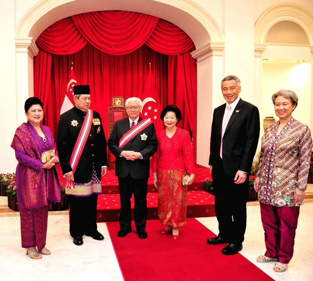 Singaporean President Tony Tan Keng Yam (3rd L) and Indonesian President Susilo Bambang Yudhoyono (2nd L) attend the conferment ceremony of the award of Order of .