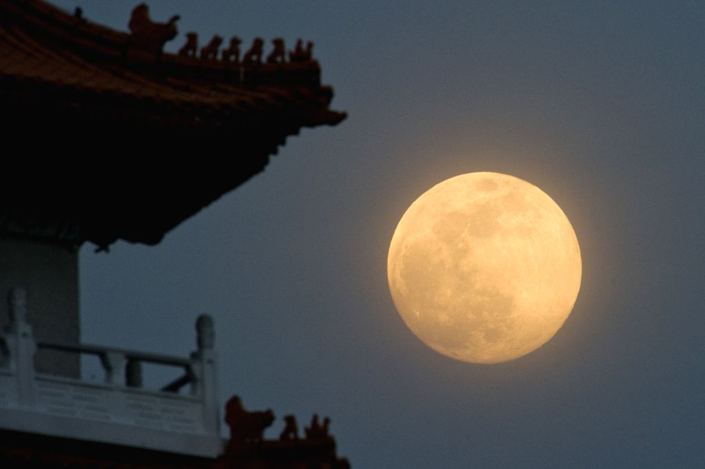 Photo taken on Sept. 8, 2014 shows a full moon rise over Singapore's Chinese Garden. People of Singapore celebrates Mid-Autumn Festival on Monday.(Xinhua/Then ...