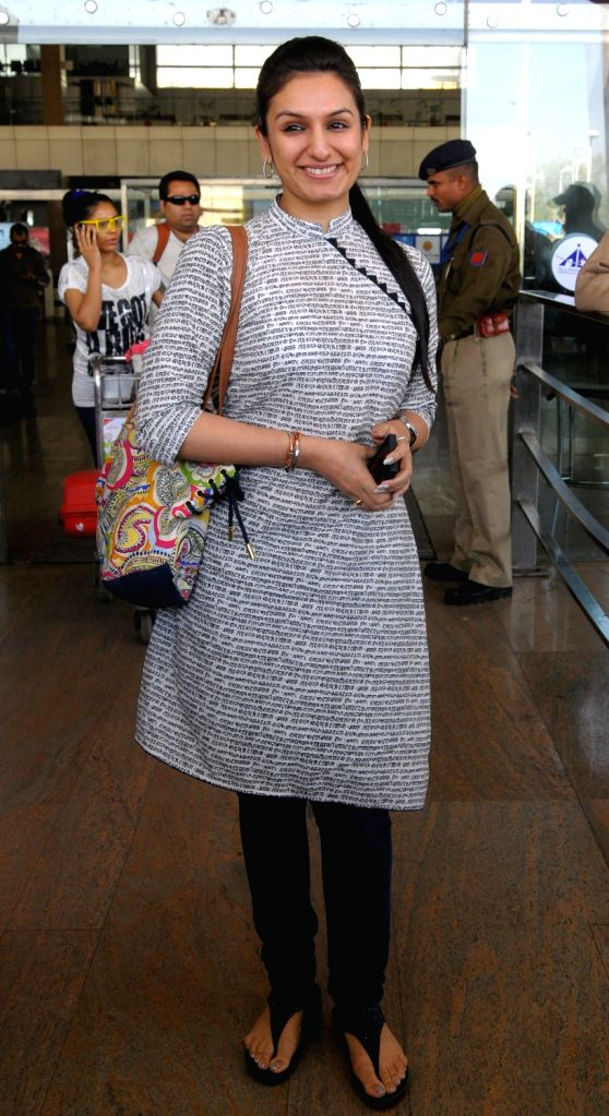 Singer Akriti Kakkar arrives at Jaipur airport on 7 Dec. 2013.
