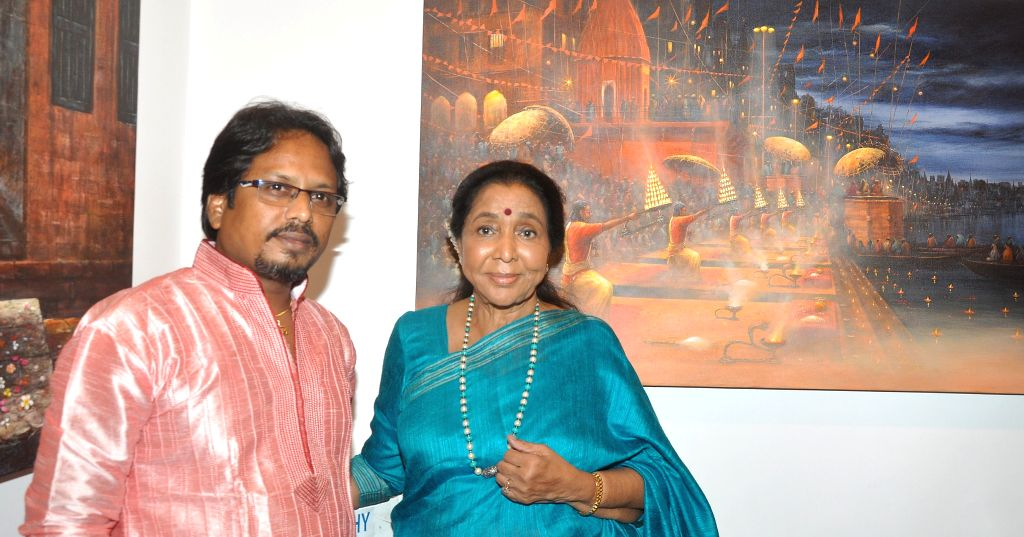 Singer Asha Bhosle during the painting exhibition of artist Paramesh Paul's `Glory of the Ganges` in Mumbai on August 18, 2015. - Paramesh Pau