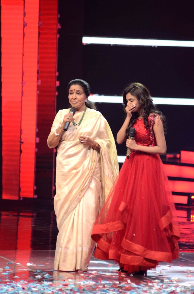 Singer Asha Bhosle performs at the finale stage of TV reality show 'The Voice India' in Mumbai on March 12, 2017. - Asha Bhosle
