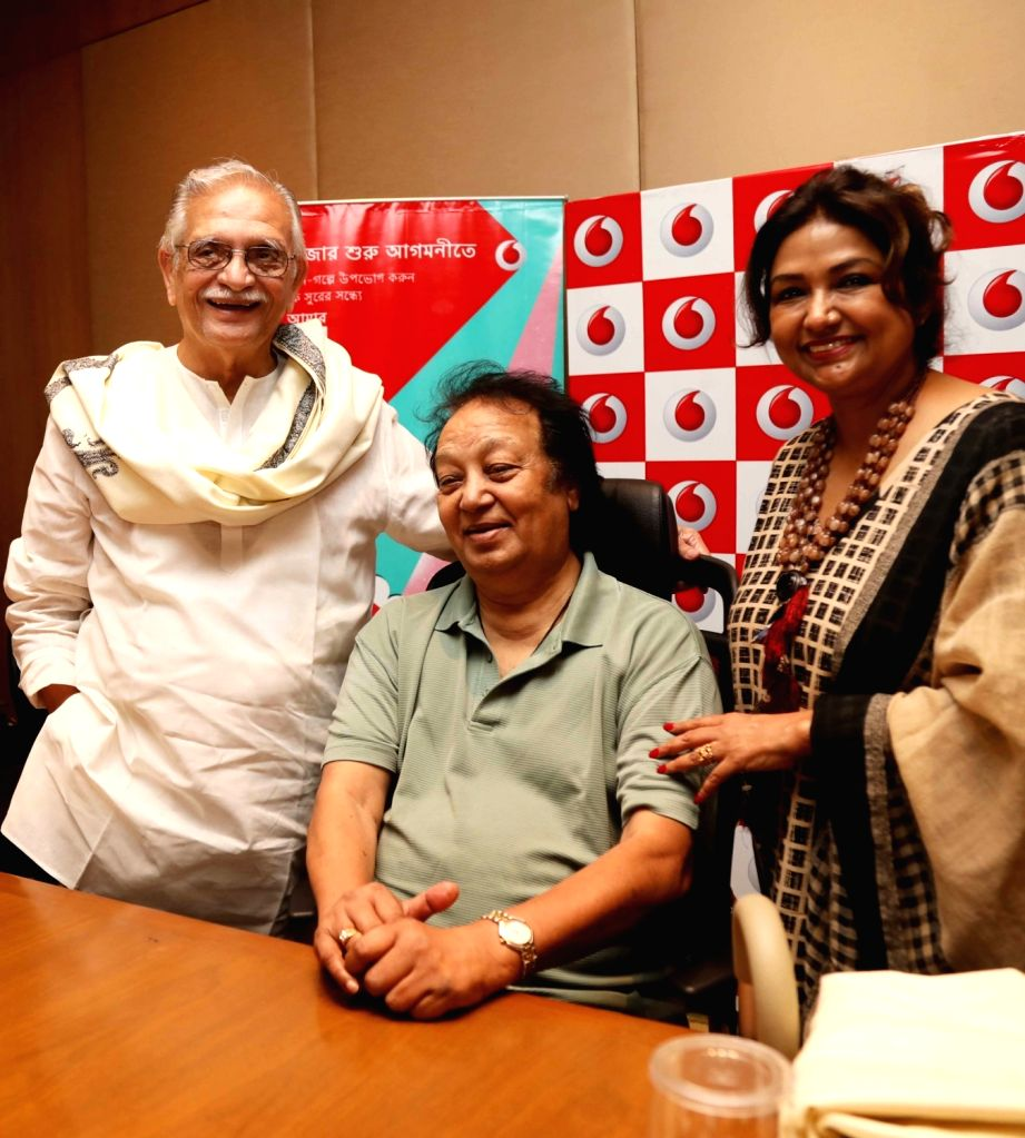 Singer Bhupinder Singh along with and his wife Mitali Singh and lyricist and filmmaker Gulzar during a press meet in Kolkata on Sept 18, 2017. - Bhupinder Singh and Mitali Singh
