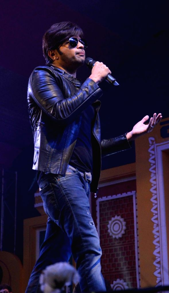 Singer Himesh Reshammiya performs during Dussehra Mahotsav in Patna on Oct 9, 2016.