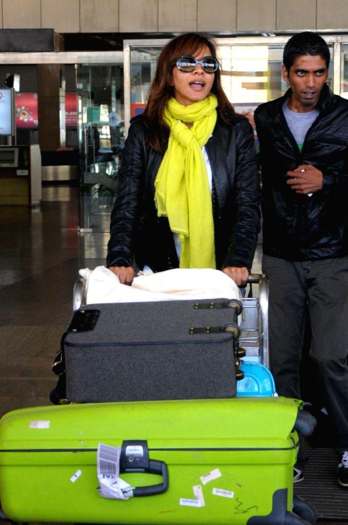 Singer Manasi Scott arrives at Jaipur airport on 7 Dec. 2013.