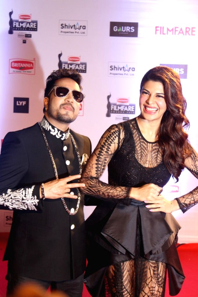 Singer Mika Singh and actress Jacqueline Fernandez during the 61st Britannia Filmfare Awards in Mumbai on January 15, 2016. - Jacqueline Fernandez and Mika Singh
