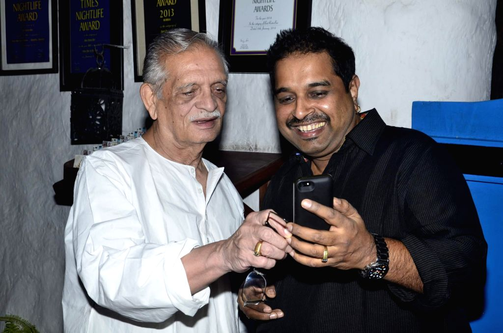 Singer Shankar Mahadevan and Gulzar during Siddharth Mahadevan`s birthday bash in Mumbai on April 17, 2014. (Photo : IANS)