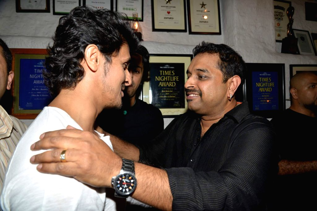 Singer Shankar Mahadevan and Sonu Nigam during Siddharth Mahadevan`s birthday bash in Mumbai on April 17, 2014. (Photo : IANS) - Sonu Nigam