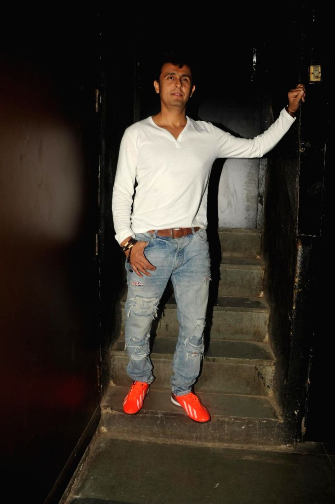 Singer Sonu Nigam during the Bollywood Classics with Ghazal singer Talat Aziz ``Yeh Shaam Mastani`` show in Mumbai, on Aug 20, 2015. - Sonu Nigam