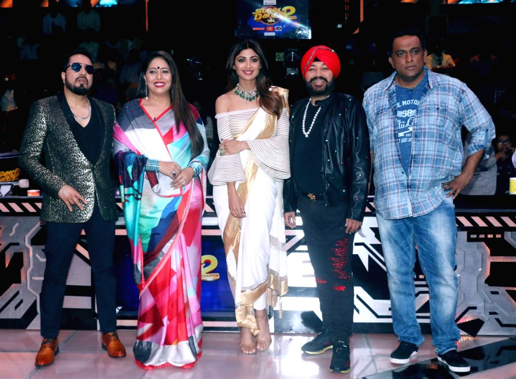 "Singers Mika Singh and Daler Mehndi, choreographer Geeta Kapoor, actress Shilpa Shetty Kundra and filmmaker Anurag Basu on sets of dance reality show ""Super Dancer Chapter 2"" in ... - Shilpa Shetty Kundra, Mika Singh, Geeta Kapoor and Anurag Basu"