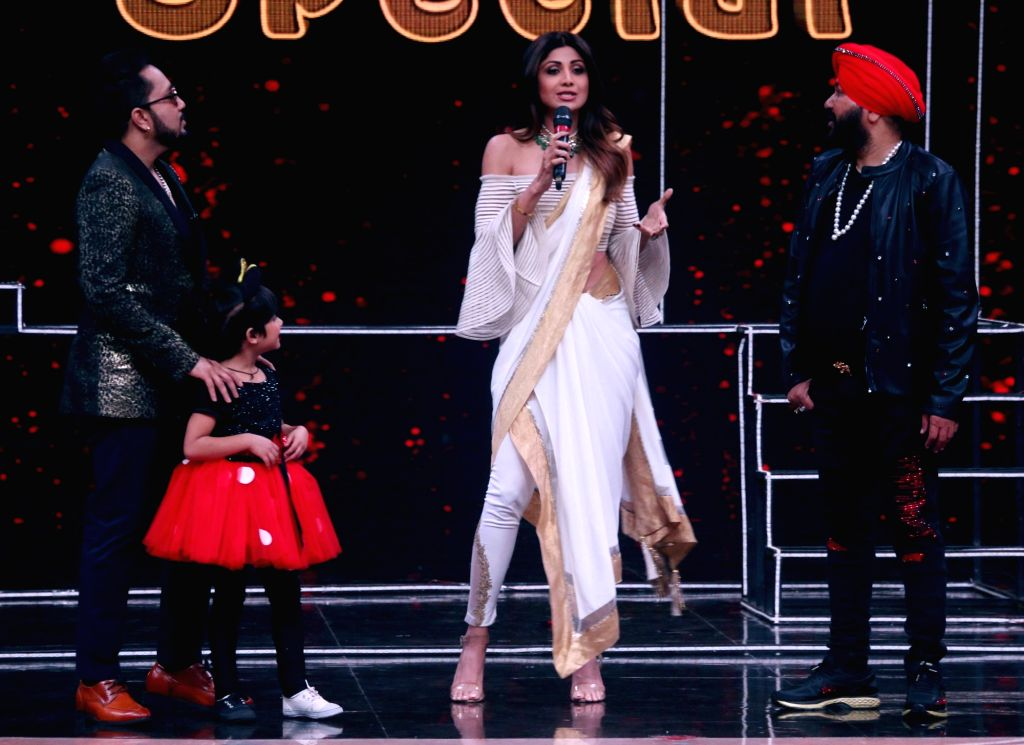"""Singers Mika Singh, Daler Mehndi and actress Shilpa Shetty Kundra on sets of dance reality show """"Super Dancer Chapter 2"""" in Mumbai on Feb 12, 2018. - Shilpa Shetty Kundra and Mika Singh"""