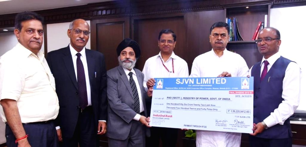 SJVNL Chairman and Managing Director Nand Lal Sharma presents cheque to Union Minister of State for Power and New & Renewable Energy R.K. Singh, in New Delhi on Oct 17, 2019. - Nand Lal Sharma and K. Singh