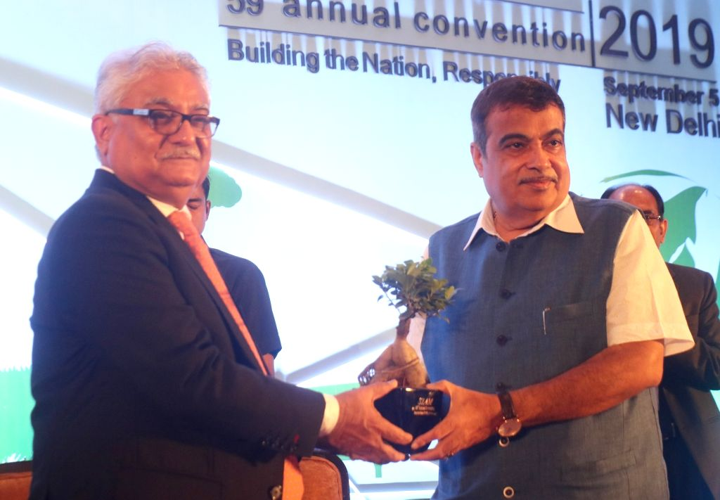Society of Indian Automobile Manufacturers (SIAM) President Rajan Wadhera welcomes Union Road Transport and Highways Minister Nitin Gadkari at the 59th SIAM annual convention ???Building ... - Nitin Gadkari