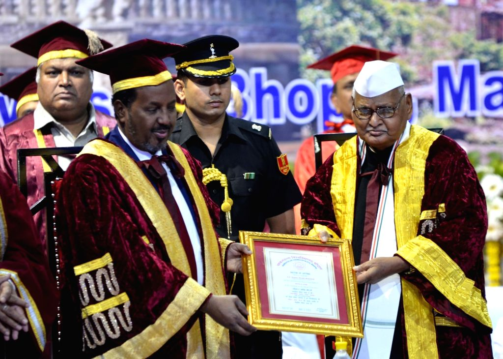 Somalia President Hassan Sheikh Mohamud and Madhya Pradesh Governor Ram Naresh Yadav during a convocation ceremony at Barkatullah university in Bhopal on Oct 31, 2015. - Naresh Yadav