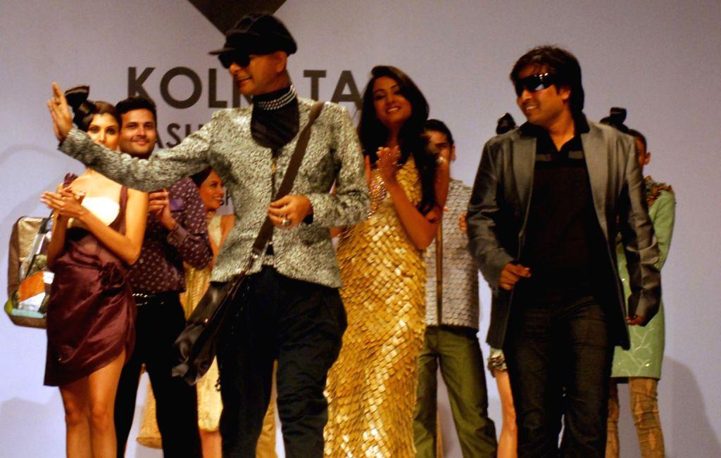 Sonalika Chauhan, Rituporno Ghosh and designer Abhishek Dutta during the Kolkata Fashion Week on 4 April 2009.