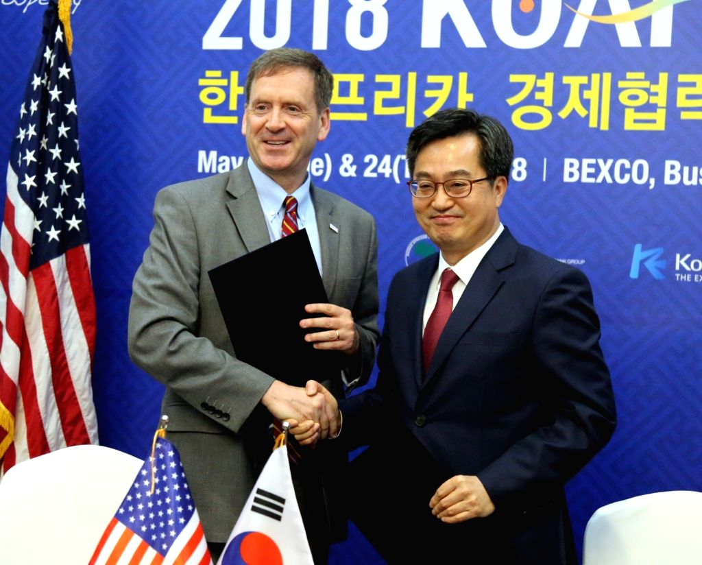South Korea's Finance Minister Kim Dong-yeon (R) poses with Mark Green, head of the U.S. Aid for International Development (USAID), in Busan on May 22, 2018, after signing a memorandum of ... - Kim Dong
