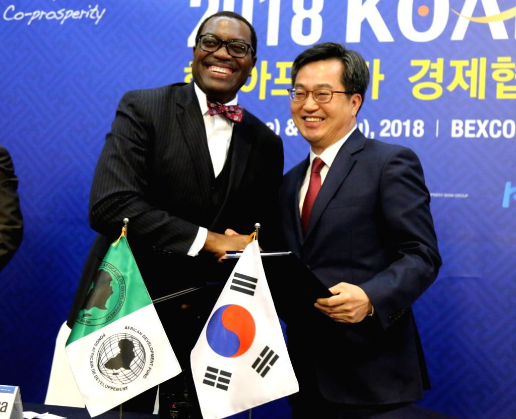 South Korea's Finance Minister Kim Dong-yeon (R) shakes hands with Akinwumi Adesina, president of the African Development Bank (AfDB), after agreeing on a US$5 billion financial cooperation ... - Kim Dong