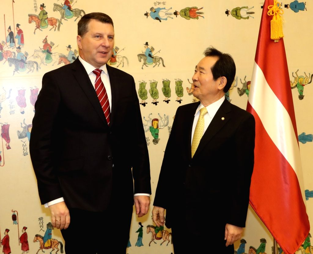 South Korea's House Speaker Chung Sye-kyun (R) chats with Latvian President Raimonds Vejonis during their meeting at the National Assembly in Seoul on Feb. 14, 2018. - Chung Sye