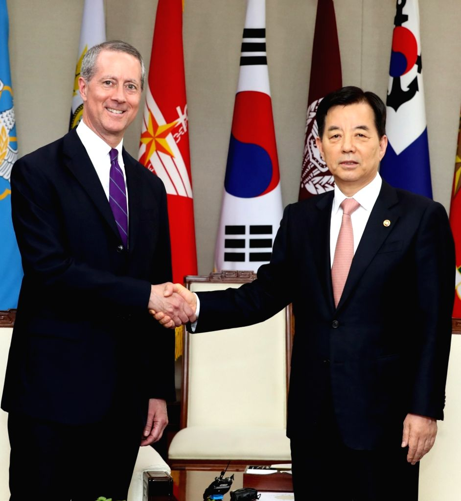 South Korean Defense Minister Han Min-koo (R) poses with U.S. Congressman Thornberry, chairman of the House Armed Services Committee, during their meeting at the Defense Ministry in Seoul on May 29, ... - Han Min