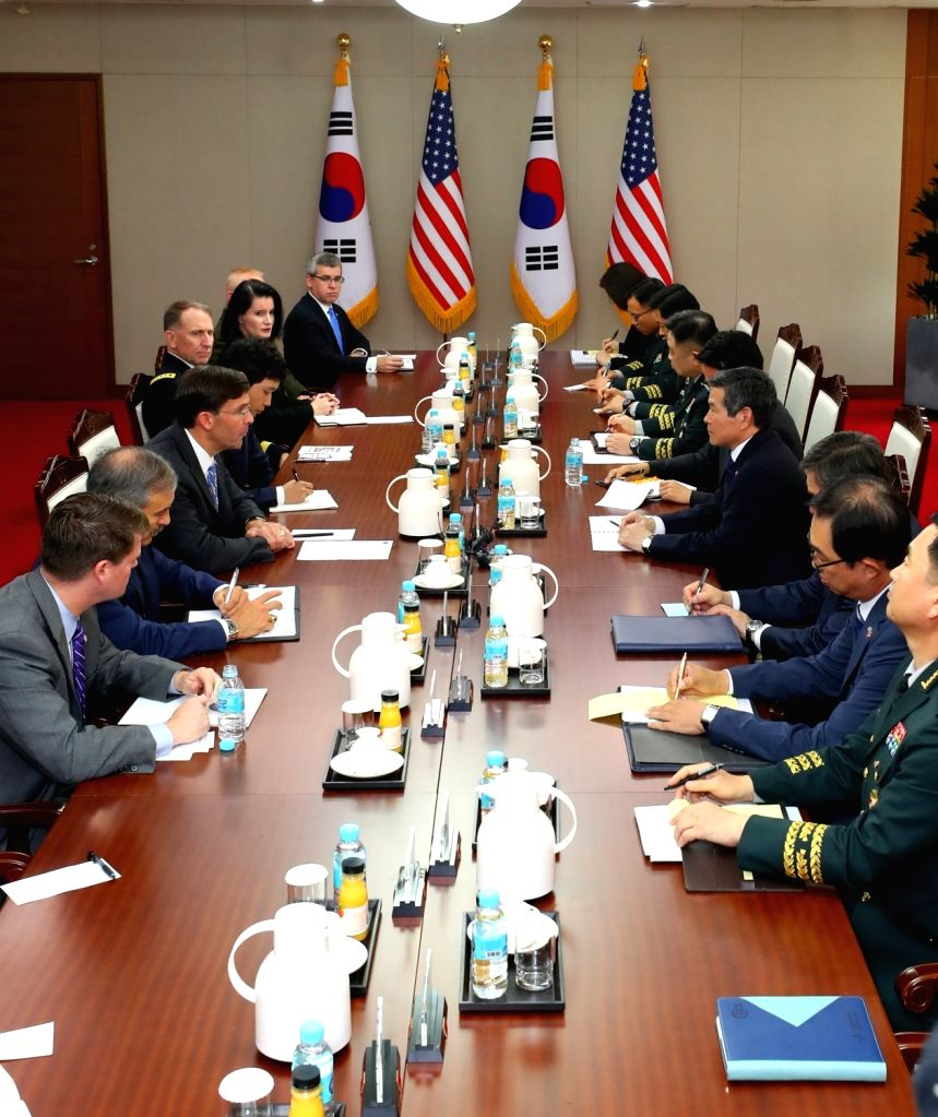 South Korean Defense Minister Jeong Kyeong-doo (4th from R) and U.S. Secretary of Defense Mark Esper (3rd from L) hold talks at the defense ministry in Seoul on Aug. 9, 2019. - Jeong Kyeong