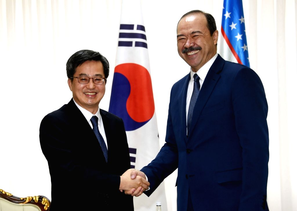 South Korean Deputy Prime Minister and Finance Minister Kim Dong-yeon (L) shakes hands with Uzbekistan's Prime Minister Abdulla Aripov in Tashkent on Feb. 13, 2018, ahead of the first ... - Kim Dong