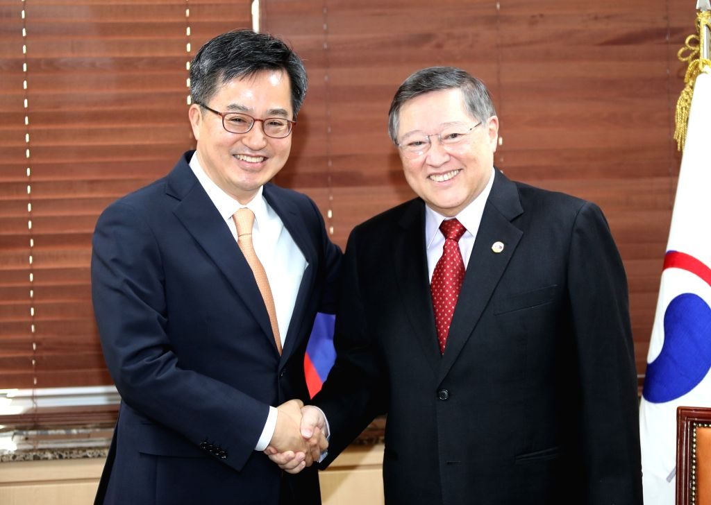 South Korean Finance Minister Kim Dong-yeon shakes hands with his Philippine counterpart Carlos Dominguez at their meeting at the government complex in Seoul on June 4, 2018. - Kim Dong