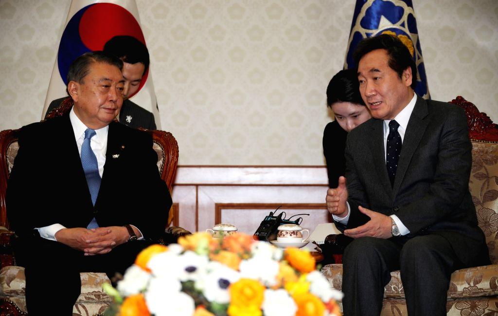 South Korean Prime Minister Lee Nak-yeon (R) speaks with Japan's House of Representatives Speaker Tadamori Oshima during their meeting at Lee's office in Seoul on Feb. 12, 2018. - Lee Nak