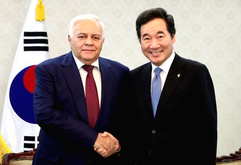 South Korean Prime Minister Lee Nak-yon poses with visiting Azerbaijan Parliament Speaker Ogtay Asadov at the government complex in Seoul on June 26, 2017. - Lee Nak
