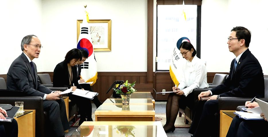 South Korean Vice Unification Minister Chun Hae-sung (R) talks with Japanese Ambassador to South Korea Yasumasa Nagamine during their meeting at the government complex in Seoul on Feb. 13, ... - Chun Hae