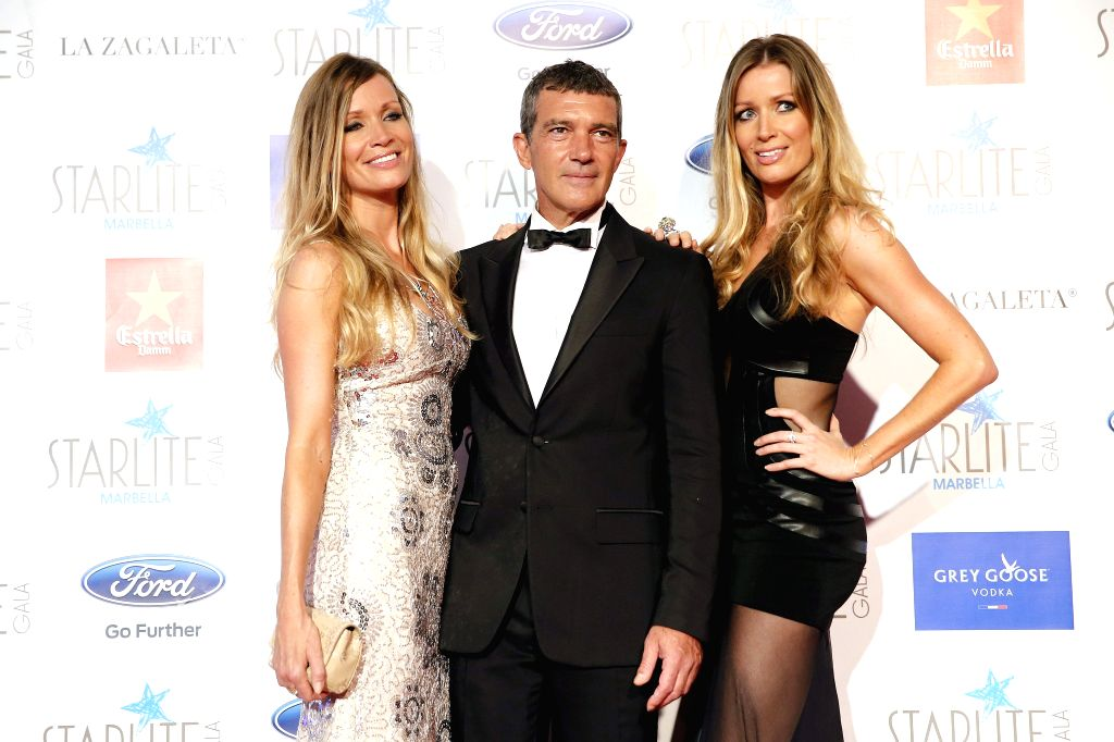 Spanish actor Antonio Banderas (C) poses with his girlfriend Nicole Kimpel (L), and her sister, Barbara (R), as they arrive to the Startlite Charity Gala on 09 August, in Marbella, Malaga, south ... - Antonio Banderas