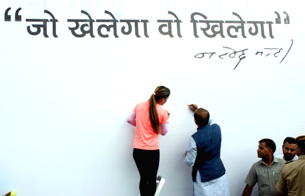 """Sports Minister Vijay Goel and boxer Marry Kom at the inauguration of """"Wall Of Wishes"""" & """"Digital Campaign of Wishes"""" for Indian Olympic Contingent in New Delhi, on ... - Vijay Goel"""