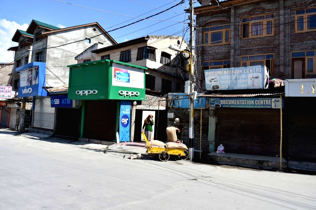 Srinagar: A man delivers essential commodities at the doorstep of a consumer on Day 6 of the 21-day countrywide lockdown imposed to contain the spread of novel coronavirus, in Srinagar on March 30, 2020. (Photo: IANS)