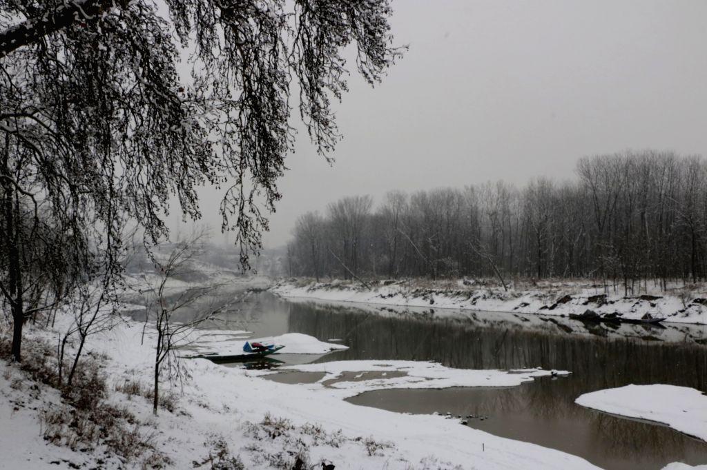 Srinagar: A view of Jhelum river after fresh snowfall in Srinagar on Jan 25, 2019. (Photo: IANS)